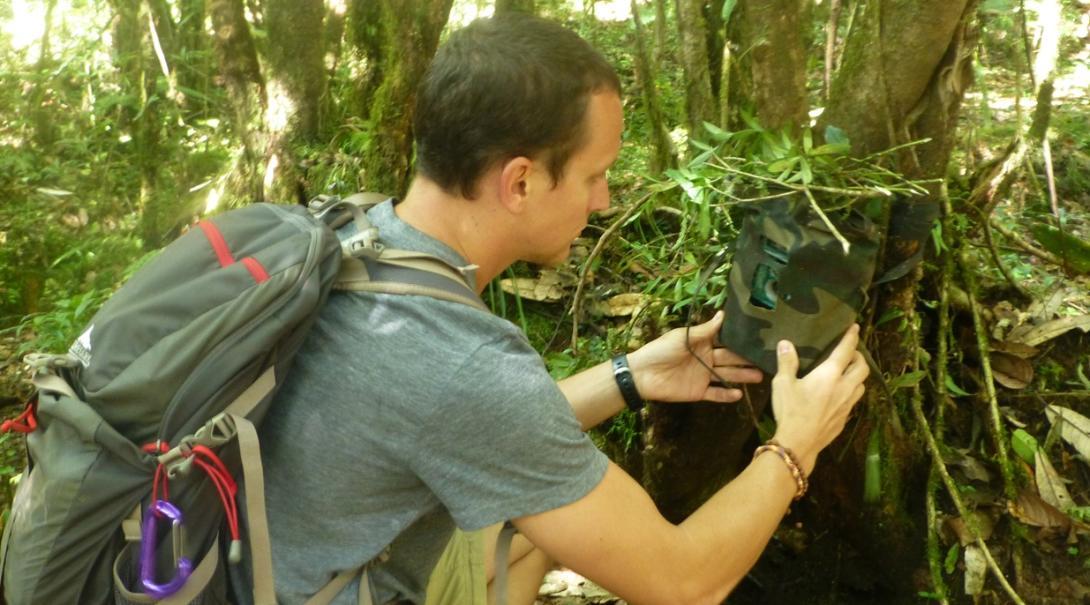 ネパールのヒマラヤ山脈に仕掛けカメラを設置する環境保護ボランティア